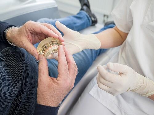 Zahnarzt erklärt All-on-4® Implantate