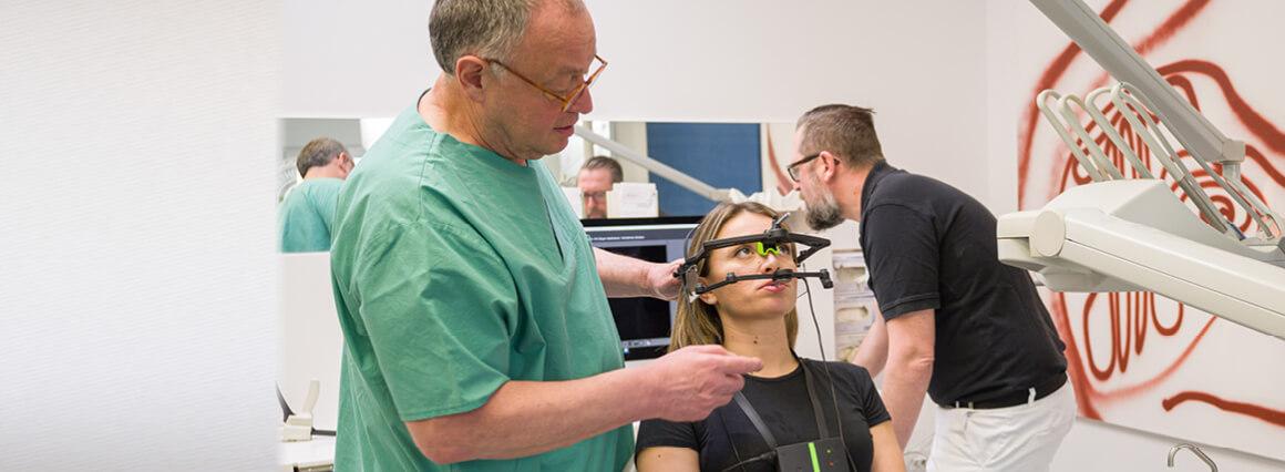 CMD Funktionsanalyse beim Zahnarzt mit Patientin