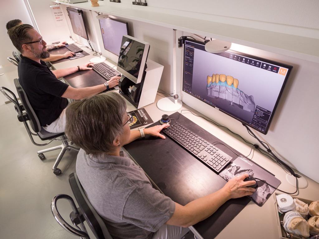 Zahntechniker bei der digitalen Planung von Zahnersatz
