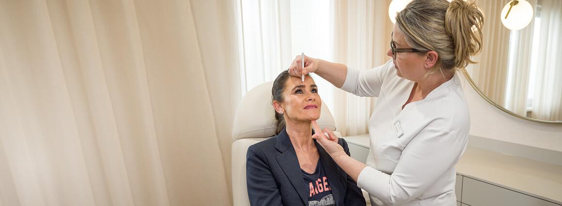 MKG Chirurg bei der Vorbereitung zur Gesichtschirurgie