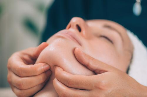 Klinische Funktionsanalyse einer Patientin beim Zahnarzt
