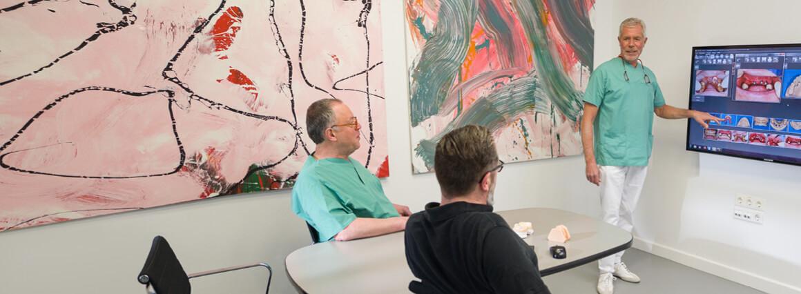 Teambesprechung zu Knochenaufbau und Sinuslift vor Implantation
