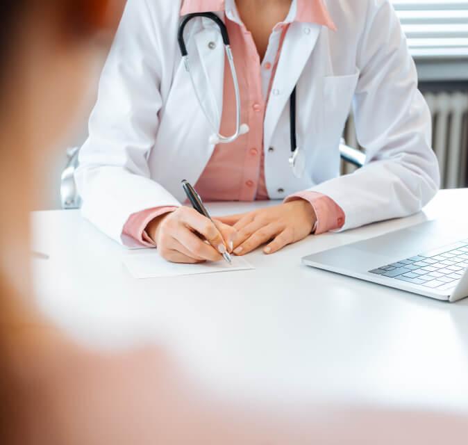 Arzt klärt Kosten der Behandlung
