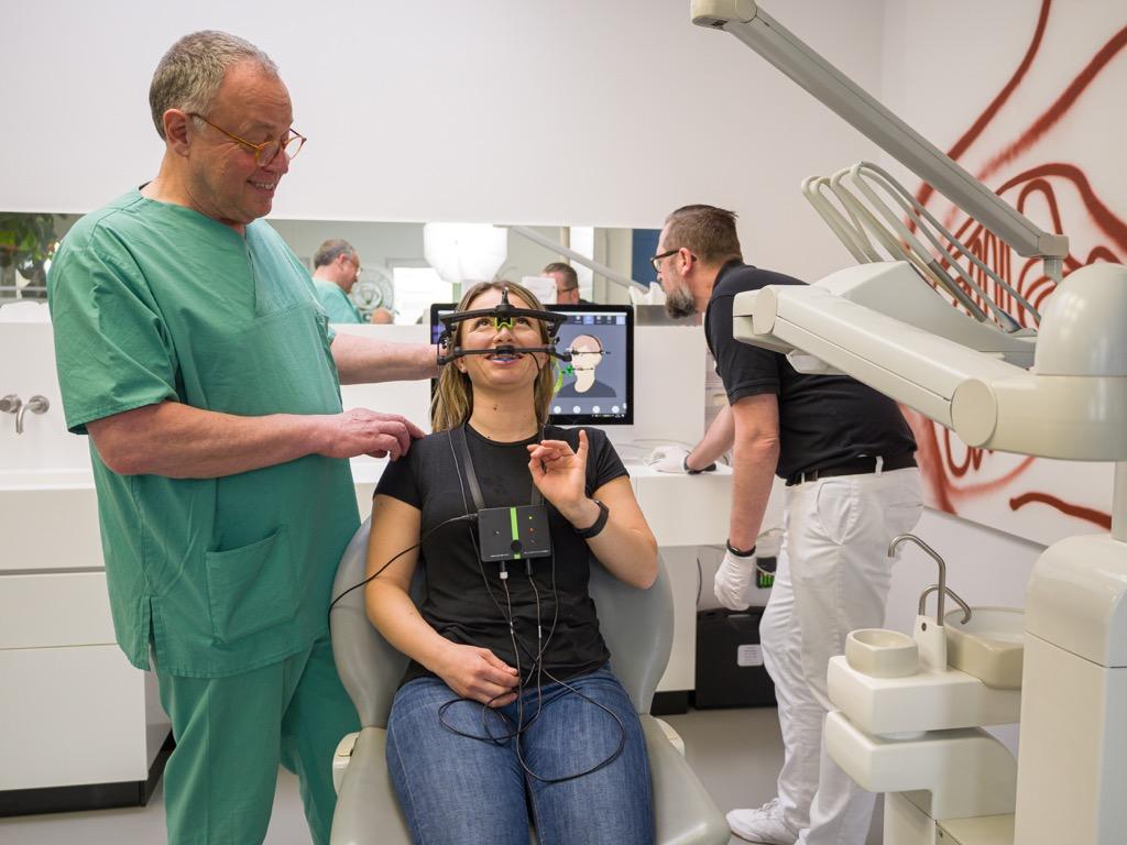 Zusammenarbeit von Labortechniker und Zahnarzt
