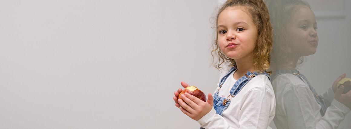 Kind mit Apfel beim Zahnarzt in Berlin
